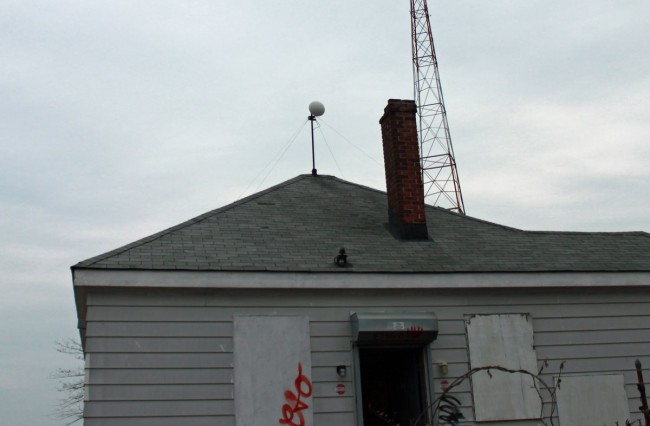 M5 Nanobridge mounted on transmitter building with radome